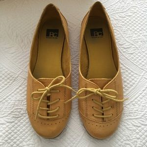 Quirky Yellow Lace Up Leather BC Flats Size: 7